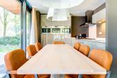 Gemütlicher Essbereich mit Moderne Küche