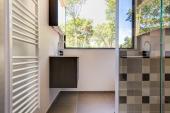 Schönes, modernes Badezimmer