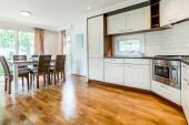 Komplett eingerichtete Küche mit Essebereich