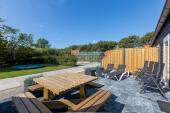Het zonnig terras met een picknicktafel