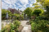 De afgesloten tuin geeft veel privacy
