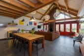 Wohnzimmer mit offener Küche und Essbereich